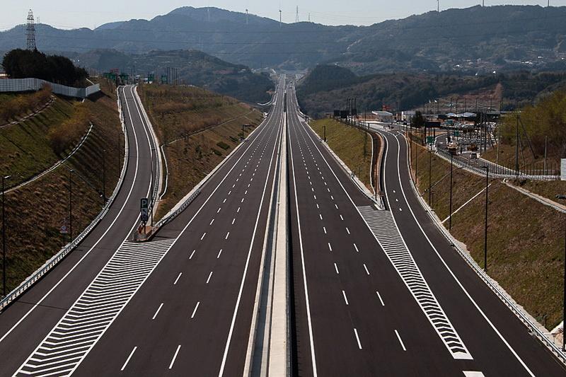 新東名高速道路などで規制速度の引き上げを検討