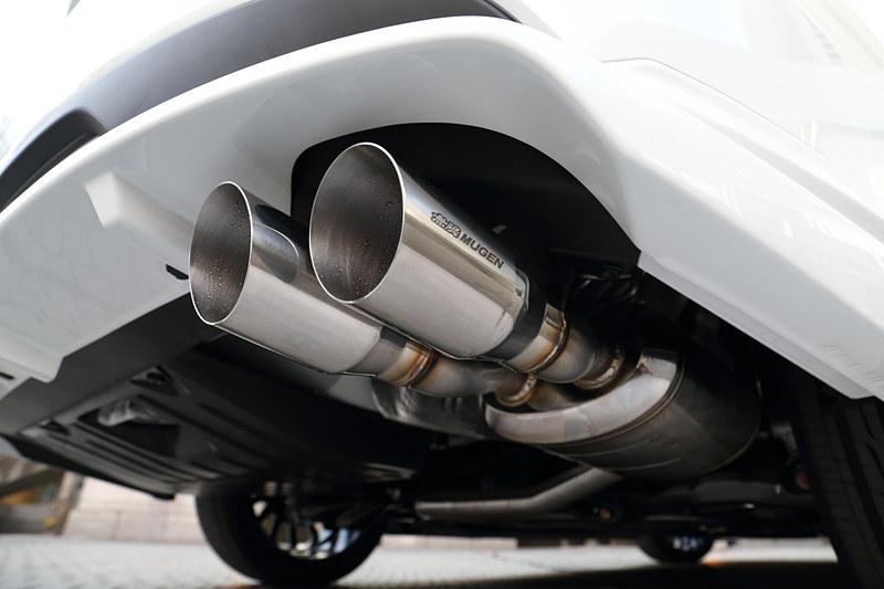 リアまわりで目立つ存在の「スポーツエキゾーストシステム」(18万5760円)では、エンジンスタート/ストップ時の自然なフィーリングと、高回転域でのスポーティなエキゾーストノートを両立することを目指したという。フィニッシャーはデュアルタイプを採用し、無限リアアンダースポイラーとの同時装着を推奨している