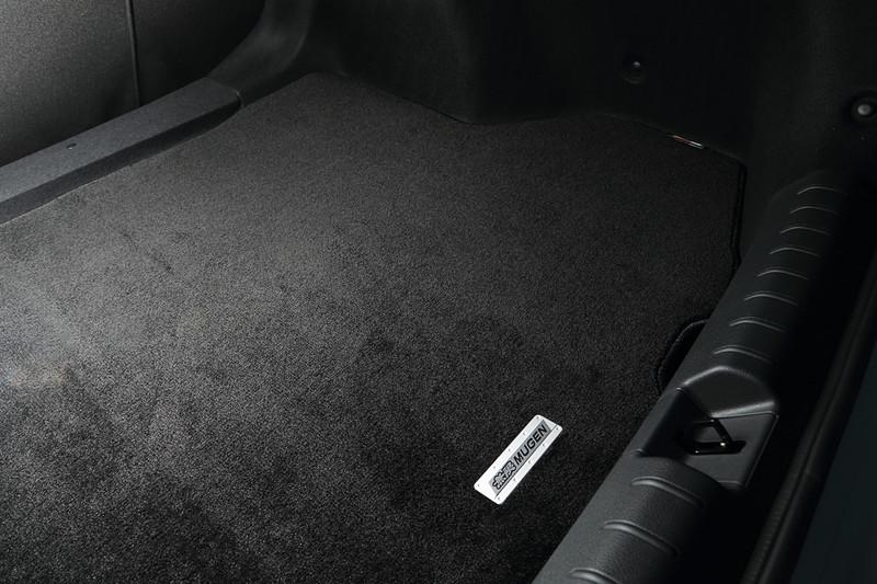 スポーツマットと同様の材質を採用し、トランクフロアの汚れを抑止する「スポーツラゲッジマット」(1万9440円)