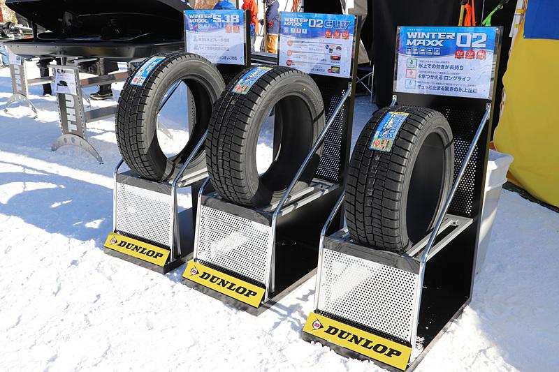隣のダンロップブースではゲレンデタクシーが装着するタイヤが展示されているほか、温かいコーンスープを配布している