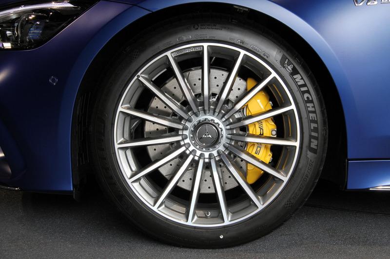 GT 63 S。幅の広いデザインのマルチビームLEDヘッドライト、縦にルーバーが入ったAMG専用ラジエターグリル、逆スラントした「シャークノーズ」を特徴とするほか、リアまわりではスクエア型のデュアルエグゾーストエンド、より大型のリアディフューザーが装着される。足下は20インチアルミホイールにミシュラン「パイロット スポーツ 4S」(フロント265/40 R20、リア295/35 R20)