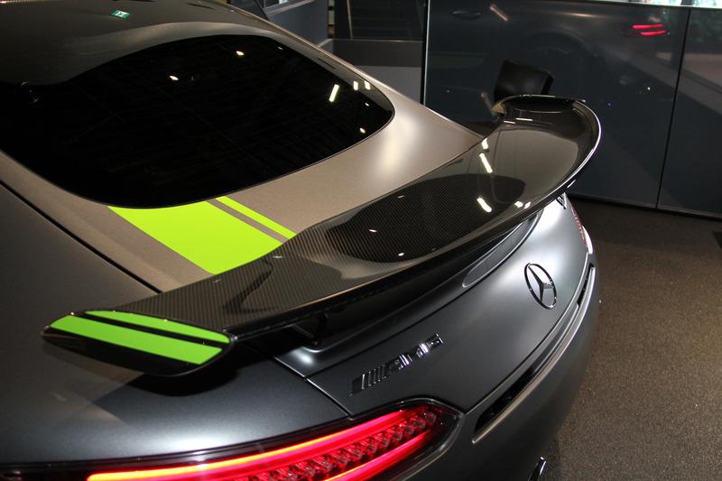 軽量化を目的に多くのカーボンファイバー製コンポーネントを採用するとともに、専用ブラックペイント仕上げのブレーキキャリパーを備える「AMG カーボンセラミックブレーキ」なども装備