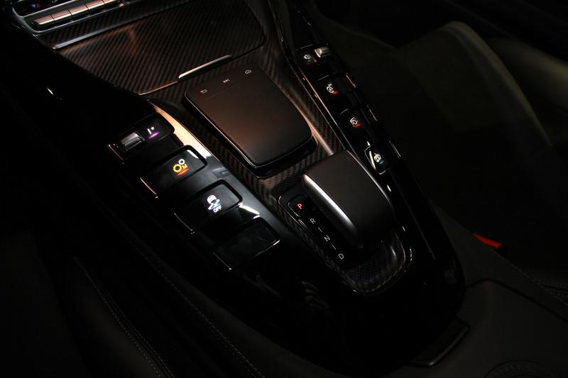 カーボンファイバー製バケットシートが目を引くメルセデスAMG GT R PROのインテリア