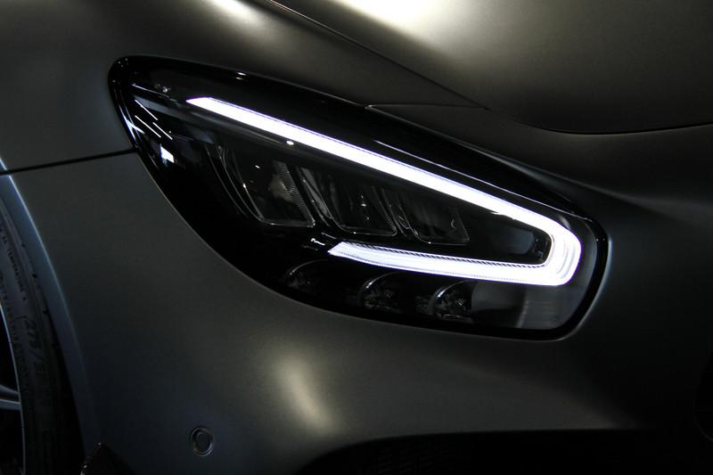 メルセデスAMG GT Rをベースモデルとし、レーシングカー「AMG GT3」「AMG GT4」で培った技術を投入。サスペンション、軽量構造、エアロダイナミクス、エクステリアなどに手を加えることでドライビングダイナミクスを向上させたという。最高出力430kW(585PS)、最大トルク700NmというV型8気筒DOHC 4.0リッター直噴ツインターボエンジンのスペックはベースモデルと共通(最大トルクの発生回転数は若干異なる)。AMGパフォーマンス5ツインスポークアルミホイール(鍛造)は専用チタニウムグレーペイント仕上げで、ミシュラン「パイロット スポーツ カップ 2」を組み合わせる