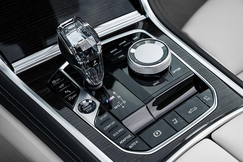 新しいBMWの操作システム「BMW Operating System 7.0」を導入した運転席。10.25インチのコントロール・ディスプレイと12.3インチのフル・デジタル・メーター・パネルを採用。ステアリング・ホイールのボタン、センター・コンソール付近に配置されているiDriveコントローラー、タッチ操作に対応したディスプレイ、音声コントロールやジェスチャー・コントロールを備え、状況に応じてドライバーが最も操作しやすい方法で必要な情報や設定にストレスなくアクセスすることが可能という