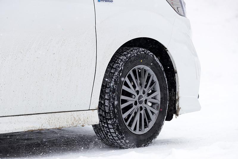 今回は雪上での比較試乗なのでタイヤに違いがあっては正しい評価ができない。そこで試乗車全車に同じスタッドレスタイヤを装着。空気圧もクルマごとの規定値で合わせておいた