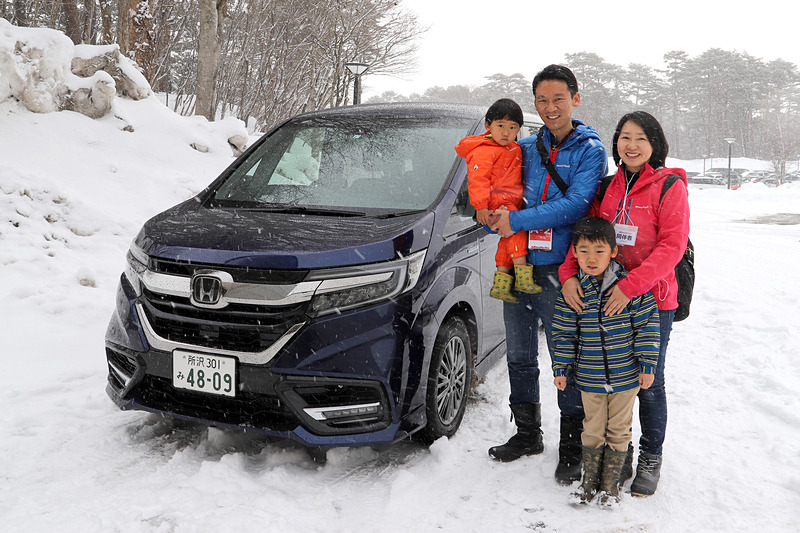 ご家族で参加の川村さん。現在は1つ前の型のステップワゴンに乗っているとのこと。平日は奥様が主に乗り、休日ドライブではご主人がステアリングを握る