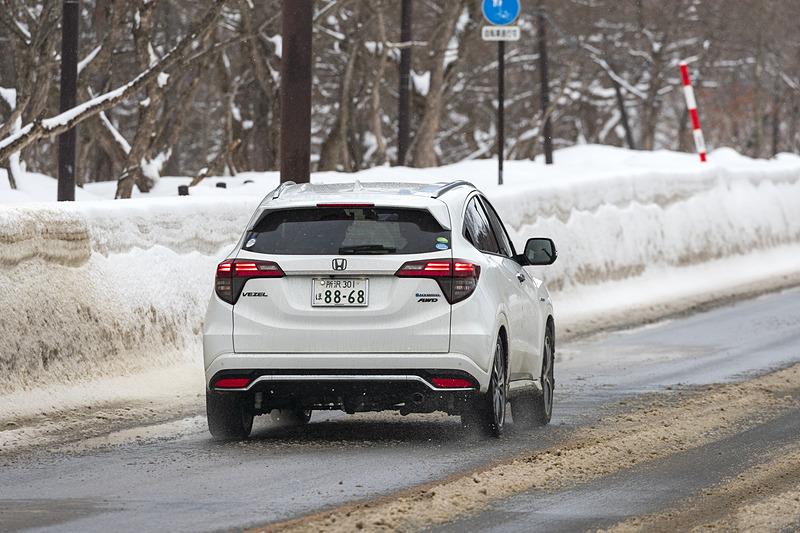 試乗時の路面は凍結したところがあってもほぼフラット。地元の山寺さんいわく「いつもは凍った上をチェーンを巻いたバスやトラックが通るので、もっと凸凹した路面です。そこで乗ればもっと違いが分かりやすかったでしょう」と試乗時の路面状況がよかったことを教えてくれた