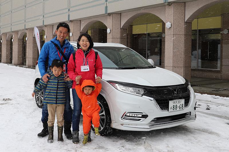 ステップワゴンの進化に驚いていた川村さん。今度はヴェゼルの試乗。雪道のコーナリングではModulo仕様車に安定感を感じたという