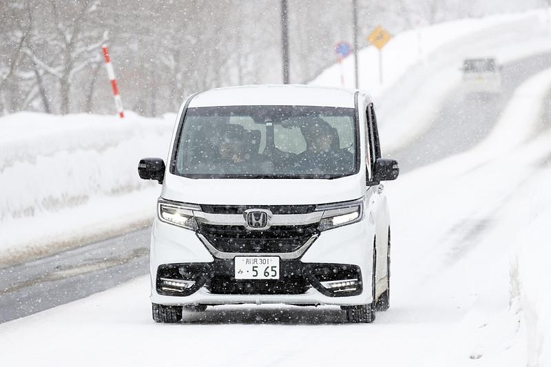 例年より雪の量はかなり少ないようだったが、おかげで圧雪と舗装が混じった路面を走ることができた。路面状況が変化する不安定なシーンこそModulo Xの安心感が発揮されたはずだ