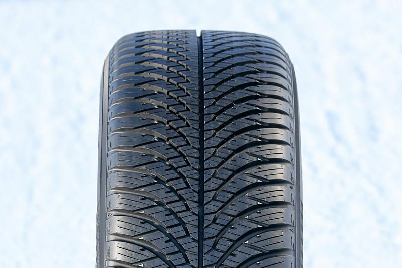 2018年に欧州で発売され、日本では未発売となるオールシーズンタイヤのブルーアース 4S。積雪路面でも走行可能で、欧州で冬用タイヤと認められた「スノーフレークマーク」を取得。ウェット路面での排水性やドライ路面での剛性などを確保するための、V字のトレッドパターンが特徴的