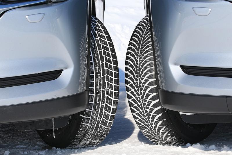同じ225/65 R17サイズのスタッドレスタイヤ「アイスガード 6」(左)とブルーアース 4S(右)を装着したマツダ「CX-5」で氷上と雪上の性能を比較