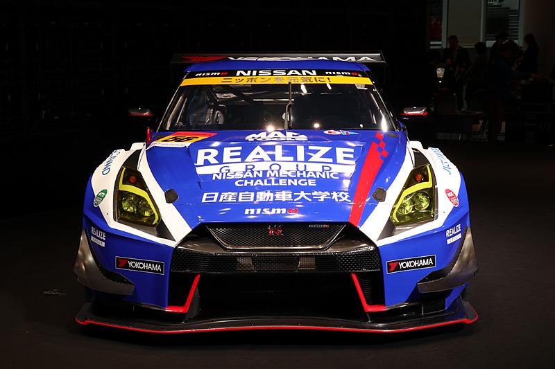 リアライズ 日産自動車大学校 GT-Rのゼッケンナンバーは56で、車両のメンテナンスはエムケイカンパニーが担当する