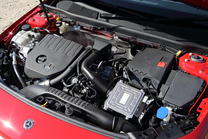 A 180、A 180 Styleともにオールアルミニウム製の直列4気筒DOHC 1.4リッター直噴ターボ「M282」型エンジンを搭載。最高出力100kW(136PS)/5500rpm、最大トルク200Nm(20.4kgfm)/1460-4000rpmを発生。A 180 StyleのWLTCモード燃費は15.0km/L