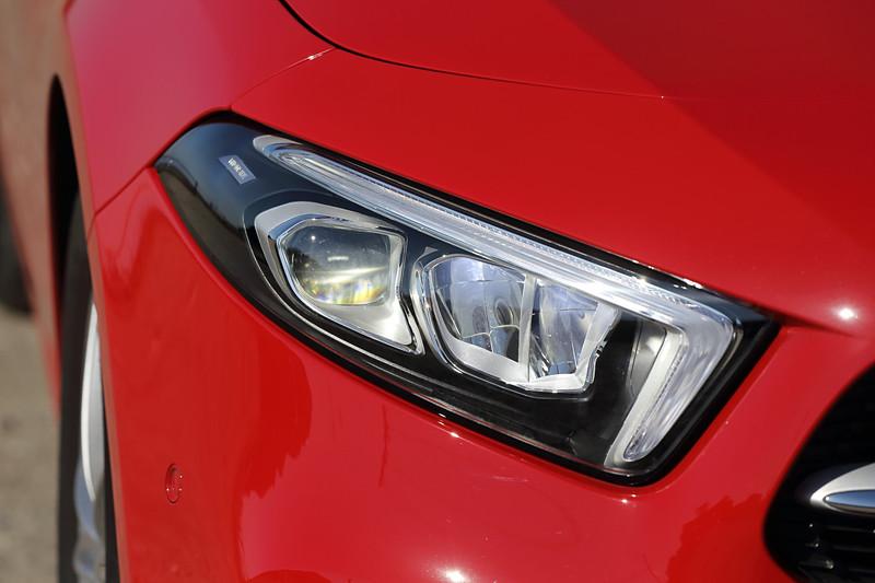 LEDハイパフォーマンスヘッドライトを標準装備するベースグレードのA 180。足下では16インチ5ツインスポークアルミホイールにピレリ「Cinturato P7」(205/60 R16)をセット