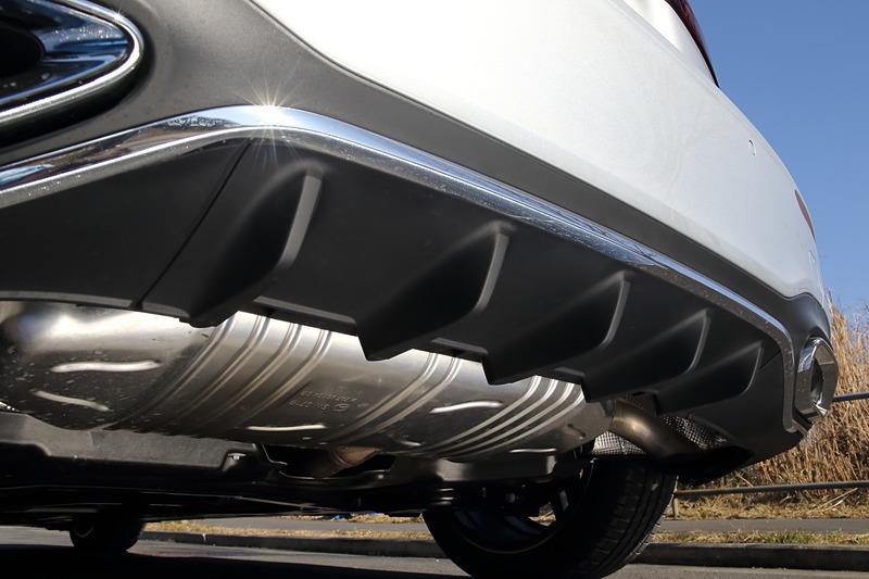 エクステリアではさまざまな空力対策を施し、エアロダイナミクスはセグメントトップのCd値0.25を実現。撮影車は「AMGライン」に含まれる18インチAMG5ツインスポークアルミホイール(タイヤはブリヂストン「TURANZA T005」でサイズは225/45 R18)を装備。郊外道路や高速道路では可変型ロービーム、右左折時にはコーナリングライトが自動点灯するといった機能を持つオプションの「マルチビームLEDヘッドライト」も備える
