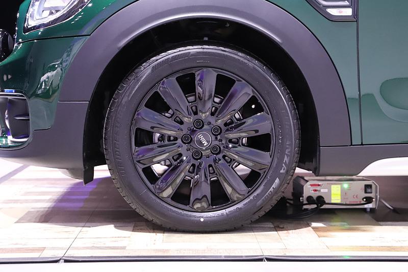 専用の18インチアロイホイール ピン・スポーク ブラックを装着。タイヤサイズは225/50 R18