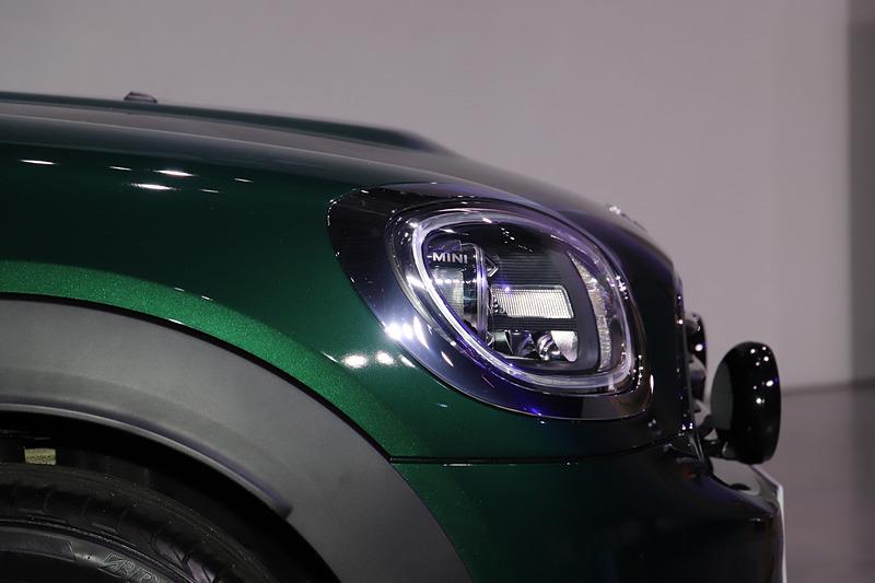 「アディショナルLEDヘッドランプ・セット」「アダプティブLEDヘッドライト/LEDデイライト・リング」「LEDフロントフォグランプ」などを特別装備