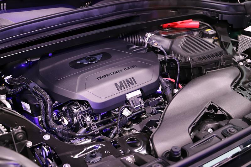 最高出力110kW(150PS)/4000rpm、最大トルク330Nm/1750-2750rpmを発生する直列4気筒DOHC 2.0リッターツインパワーターボディーゼル「B47C20A」型エンジンを搭載し、トランスミッションに8速ATを組み合わせる。駆動方式は4WD