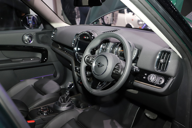 MINI クロスオーバー ノーフォーク・エディションのインテリア。8.8インチのナビゲーションシステムや、専用装備の「レザレット・シート・カーボン・ブラック(スポーツシート)」を装着