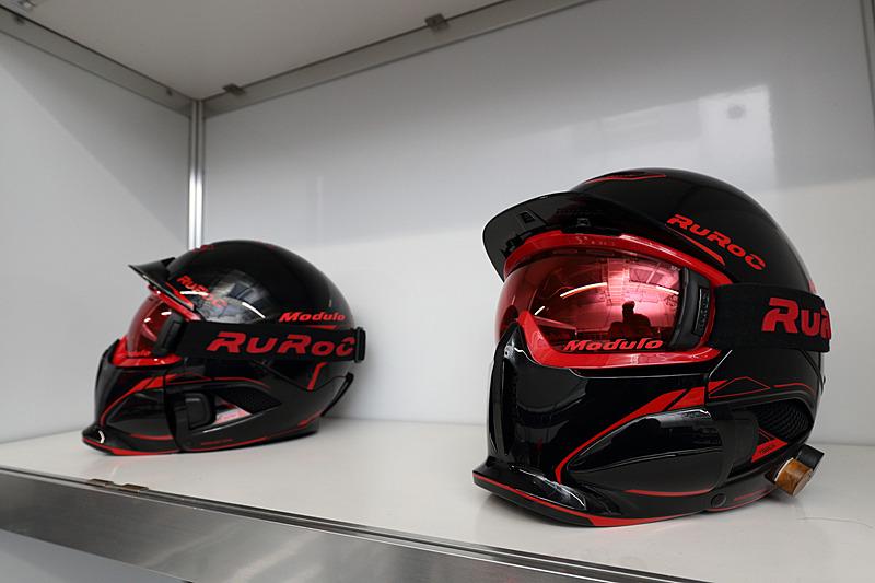 マシンのカラーリングとスタッフが使用するヘルメット、レーシングスーツなどのデザインを共通したものとしている