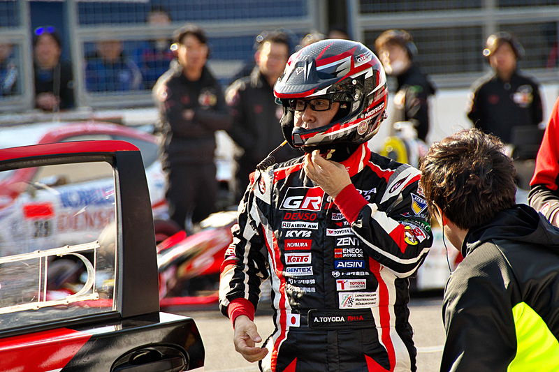 TOYOTA GAZOO racingの「ヤリスWRC」でパレードランを披露した豊田章男社長