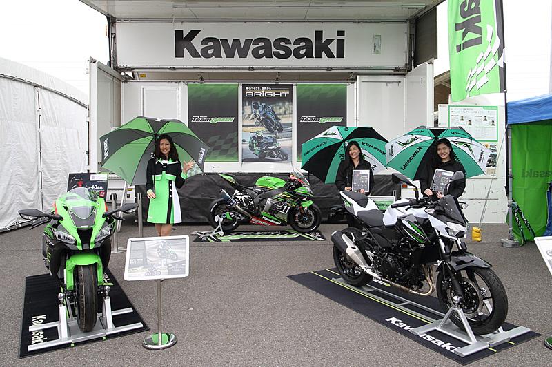 カワサキブースの展示車両。左側の「KAZEギャル」が左手で示しているのは「KAWASAKI」のK