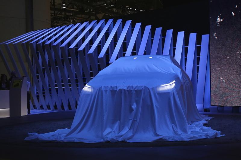 ジュネーブモーターショーのプレスカンファレンスでアンベールを待つ「SUBARU VIZIV ADRENALINE CONCEPT(スバル ヴィジヴ アドレナリン コンセプト)」