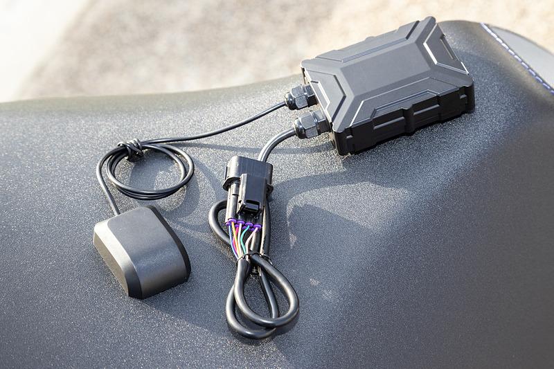 通信モジュール。2本のケーブルはGPSアンテナとCAN+電源