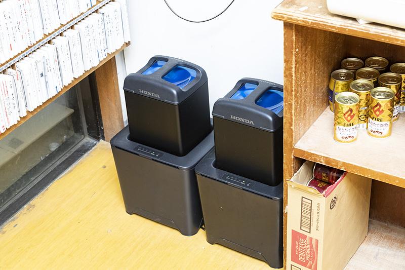 店内にバッテリーと充電器が置かれている