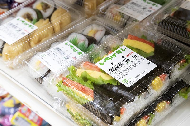 地元産の野菜や弁当などが購入できる
