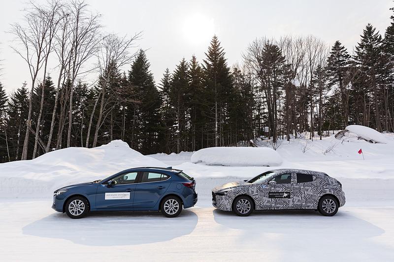 雪道で現行「アクセラ」と新型「Mazda3」を乗り比べ。夏は一般道として使われている道路を、剣淵町は冬期限定でマツダに貸し出しており、クローズドでリアルな雪道を走ることができる。これは、剣淵町とマツダの長年の信頼関係によるものだ