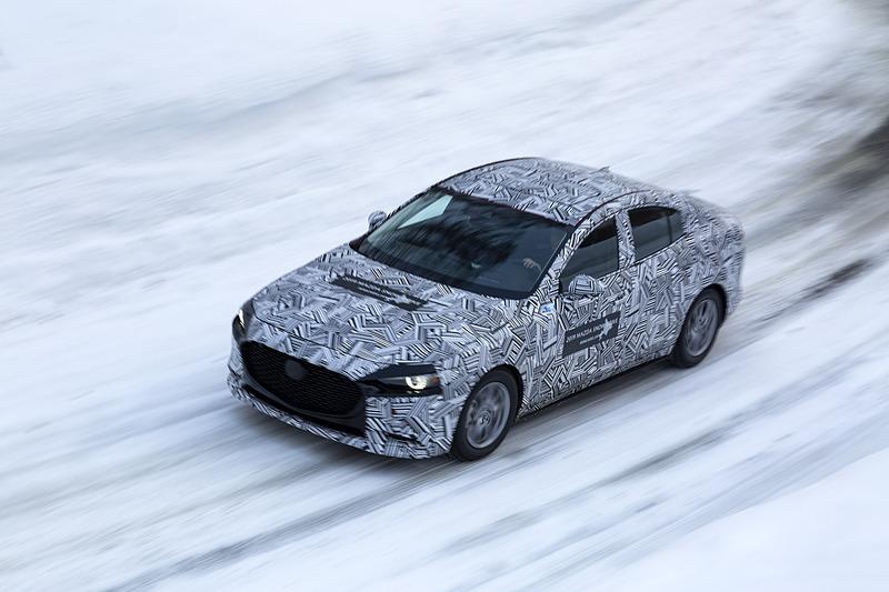 現行のアクセラに続いて新型Mazda3に試乗。滑りやすい雪道でもリアの接地感がしっかりとあり、フラットに走る。乗り心地も良好