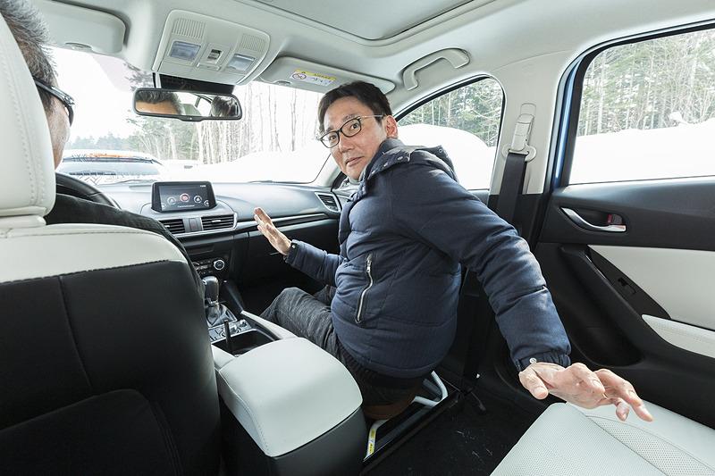 助手席が体感を鍛える健康器具に改造されたテスト車両に乗ってみた。5km/hという低速でも、アクセラではちょっとスリムになりそうだったが、Mazda3では驚くほどラクに座っていられた