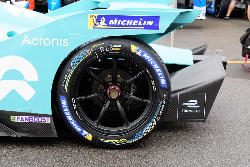 タイヤはミシュランが供給している、フォーミュラカーとしては珍しい18インチのホイルを採用