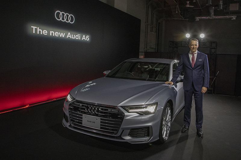新型「A6」とアウディジャパン株式会社 代表取締役社長のフィリップ・ノアック氏