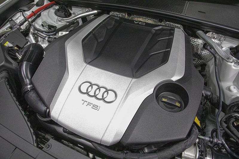 新型A6は最高出力250kW(340PS)、最大トルク500Nmを発生するV型6気筒DOHC 3.0リッター直噴ターボエンジンを搭載。48VハイブリッドシステムのMHEV(マイルドハイブリッドパワートレーン)も組み込んでいる