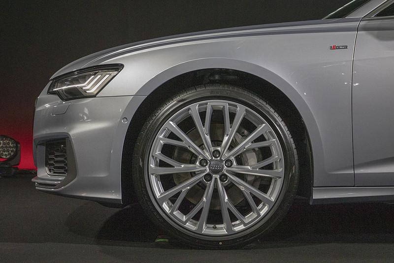 アルミホイールのデザインは2タイプ。こちらは10Yスポークデザイン。ホイールサイズは8.5J×21。タイヤサイズは255/35 R21