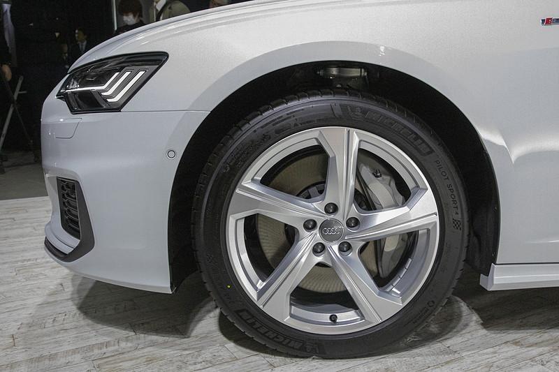 こちらは5アームダイナミックデザイン。ホイールサイズは8.5J×19。タイヤサイズは245/45 R19