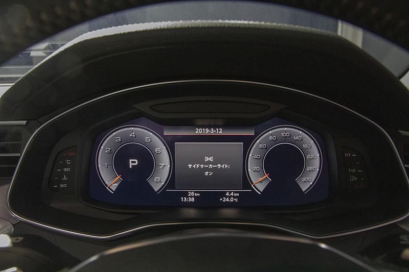 メーターと「MMIナビゲーションプラス」。下段は「デラックスオートマチックエアコンディショナー」の操作パネル