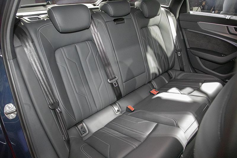 リアシート。撮影車はリアコンフォートパッケージを装着し、シートヒーター、4ゾーンデラックスオートマチックエアコンディショナーなどが装備される
