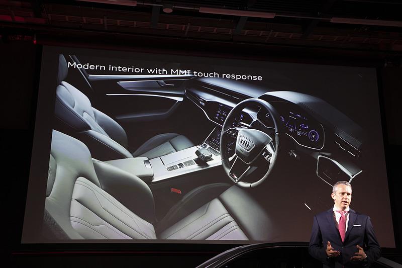 新型A6のインテリア。すべてのモニターはドライバー側へ傾斜しているコクピットスタイルで、MMIタッチレスポンスの採用によりダッシュボードからほぼすべてのスイッチがなくなったという