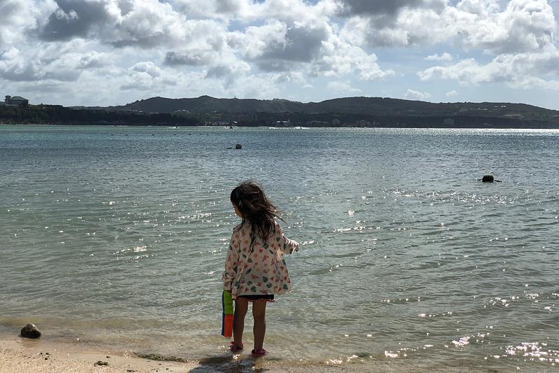 娘にとっては2回目のグアム。でも前回はまだ1歳10か月だったので、ほとんど覚えていないよう。4歳目前ともなると、ブルーのグラデーションが美しい海に感激し、水遊びに興奮し、「グアム楽しい!」を連発していました。日本から近いので、小さな子供連れのファミリーもたくさん来ていましたよ