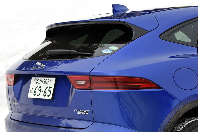 エクステリアではダイナミックなフロントグリルやヘッドライト、ロングホイールベース&ショートオーバーハングなど、同社のスポーツカー「F-TYPE」からインスピレーションを得たデザインを採用。試乗車は19インチアロイホイールにコンチネンタルのスタッドレスタイヤ「コンチ・バイキング・コンタクト 6」(235/55 R19)を組み合わせていた