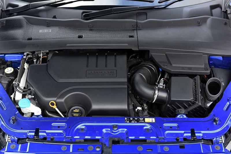 「R-DYNAMIC SE 2.0L P250」が搭載する直列4気筒DOHC 2.0リッターターボ「PT204」型エンジンは、最高出力183kW(249PS)/5500rpm、最大トルク365Nm/1300-4500rpmを発生