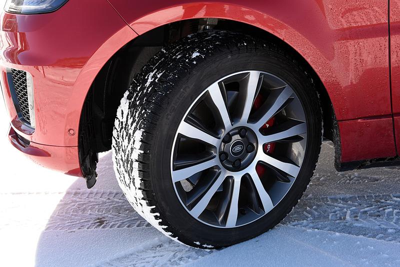 2018年4月に受注を開始した2018年モデルではフロントグリルやボンネット、フェンダーベント、LEDのライト類などのデザインを一新。21インチアロイホイールにはフィンランドのタイヤメーカー「nokian(ノキアン)」のスタッドレスタイヤ(285/45 R21)を組み合わせていた