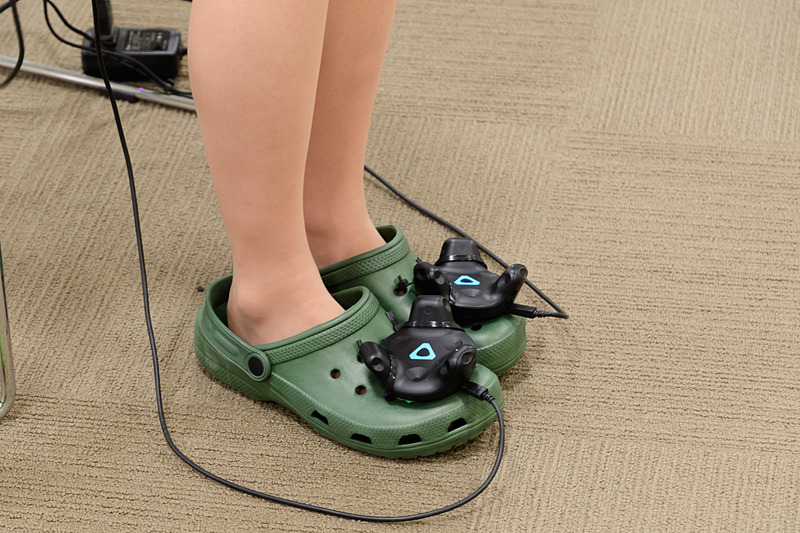 なんとなくサイバーな機器がたくさん装着されている。足までセンシングしなくてもよいように思ったが、上田氏曰く「これがないと、とんでもないことになる」とのこと