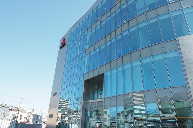 完成したプロダクト・センターは表面がガラス張りで、階段が見える