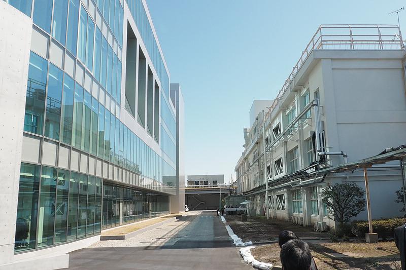 まだほかの建物と接続する通路は付いていないが、今後、プロダクト・センターと右側の建物との間に橋がかけられる予定という