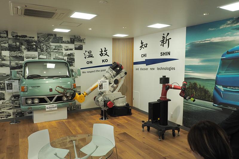 別棟にある「温故知新」をテーマにした展示には、参考にしたという昔の三菱ふそうのビルの写真もある